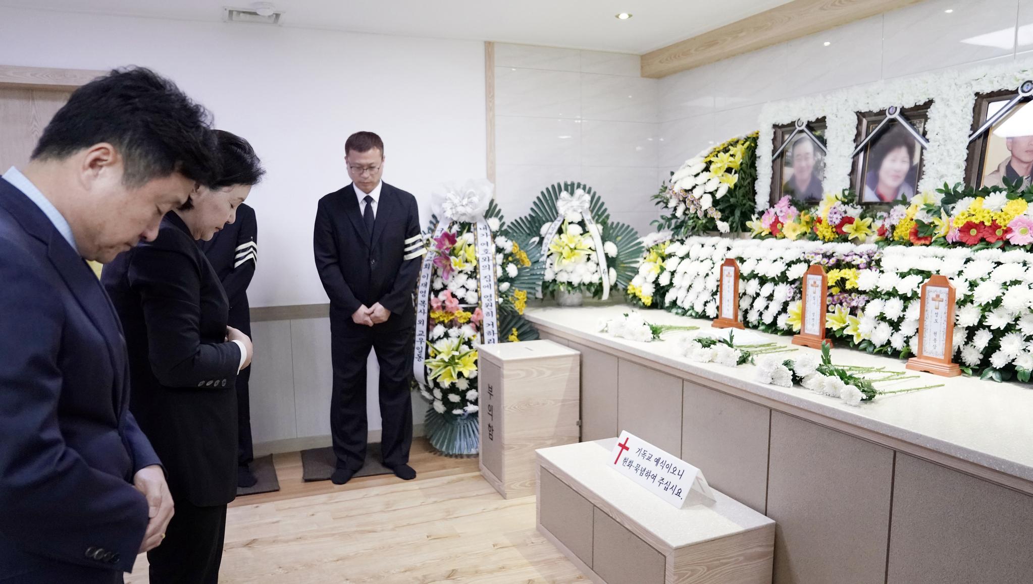 문재인 대통령의 부인 김정숙 여사가 6일 오후 부산 사하구 한 장례식장에 마련된 산사태 희생자 빈소를 찾아 조문하고 있다. [사진 청와대]