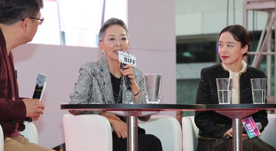 5일 부산 남포동 비프광장에서 열린 '김지미를 아시나요' 오픈토크 무대에서 전도연과 함께 여배우로서의 영화 인생을 돌아보고 있는 김지미(가운데).   부산=송봉근 기자