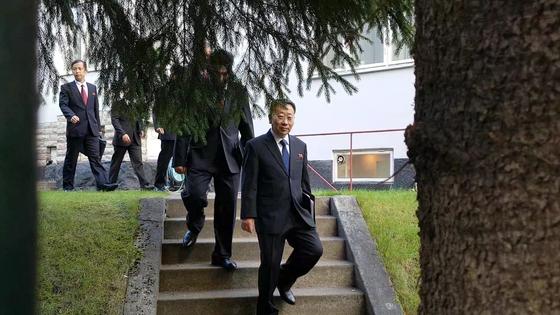 김명길 외무성 순회대사 등 북한 대표단이 5일(현지시간) 스웨덴 주재 북한대사관을 나서 인근 북미 실무협상장으로 향하고 있다. 스톡홀름=공동취재단