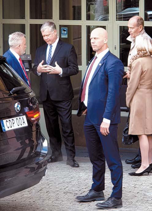 스티븐 비건 미국 대북정책특별대표가 4일 스웨덴 외교부 관계자들을 면담한 뒤 외교부 청사를 떠나고 있다. [연합뉴스]