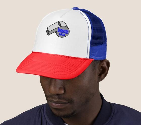 트럼프 대통령의 우크라이나 스캔들을 폭로한 밀고자(whistle blower)를 상징하는 호루라기 이미지를 넣은 모자. [미국 온라인 쇼핑몰 재즐 캡처]