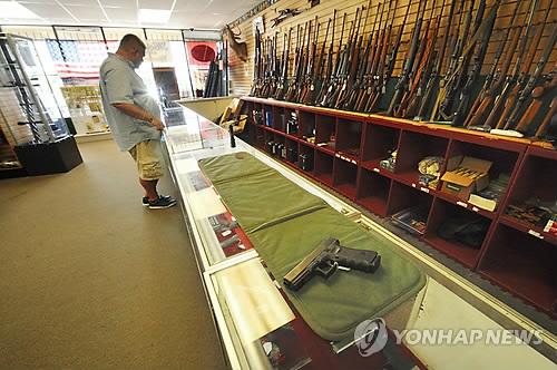 미국 콜로라도주 총기 매장에서 진열된 총기를 살피고 있는 남성. [EPA=연합뉴스]