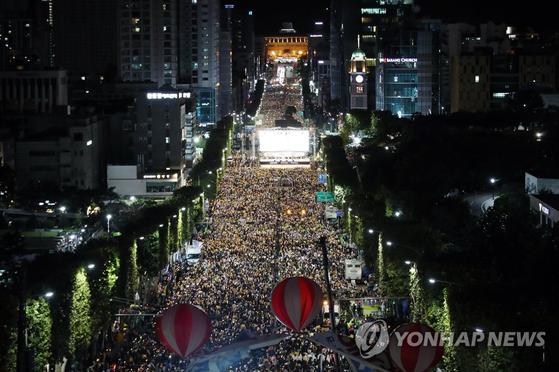 5일 오후 서울 서초역 사거리 일대에서 열린 제8차 검찰 개혁 촛불 문화제에서 참가자들이 구호를 외치고 있다. [연합뉴스]