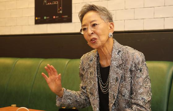 5일 부산 남포동 비프광장 한 카페에서 한국 영화계에 대한 소회를 말하고 있는 김지미. 부산=송봉근 기자