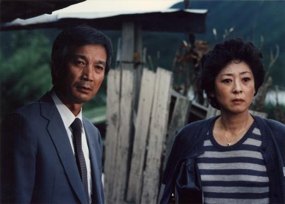 김지미(오른쪽)가 대종상 여우주연상을 수상한 영화 '길소뜸'(1986)의 한 장면. 임권택 감독이 연출하고 신성일(왼쪽)이 주연으로 호흡을 맞췄다. [중앙포토]