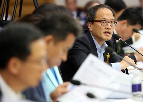 박주민 더불어민주당 의원이 지난 2일 서초동 대법원에서 열린 국회 법사위 국정감사에서 조재연 법원행정처장에게 질문하고 있다. [연합뉴스]