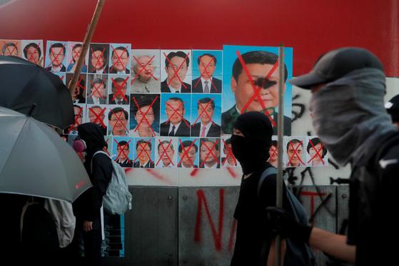 홍콩 시위대가 시진핑 주석과 홍콩 정부 관료들의 사진에 'X' 표시를 했다. [로이터=연합]