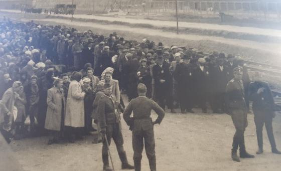 제2차 세계대전 당시 아우슈비츠 수용소로 이송된 유대인들이 철로 옆에 서 있다. 이들 중 75%는 곧장 독가스실로 이동해 학살됐다. 유대인들은 그곳이 샤워실인 줄 알고 있었다.