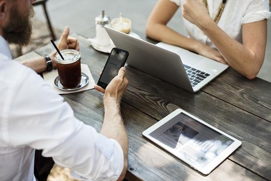 사장과 직원의 관심사가 고객과 시장, 매출과 성장보다는 내부 조직과 사내 문화 관련 이슈에 쏠리다 보면 정작 업무 진행은 더뎌지고 의사결정은 느려진다. [사진 pixabay]