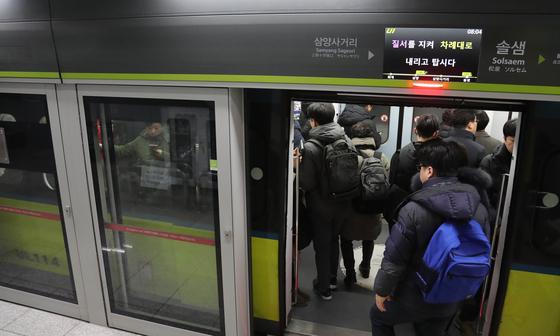 서울 경전철 우이신설선인 솔샘역에서 시민들이 경전철로 출근하고 있다. [연합뉴스]