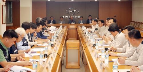현대차 노사가 지난 4일 고용안정위원회를 열고 자문위원의 의견을 듣고 있다. [사진 현대차]