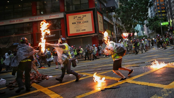 6일 홍콩 시위를 취재하던 기자에 얼굴에 불이 붙어있다. [트위터]