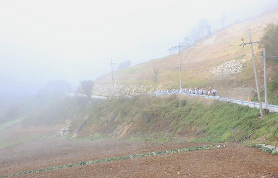 올림픽 아리바우길 걷기축제 평창 구간 행사가 6일 끝났다. 태풍 미탁의 영향으로 날씨가 좋지 않았지만, 축제는 별 탈 없이 마무리됐다. 사진은 산 안개 자욱한 안반데기를 지나는 축제 참가자들. 안반데기는 해발 1000m 위에 들어선 국내 최대의 고랭지 배추밭이다. 손민호 기자