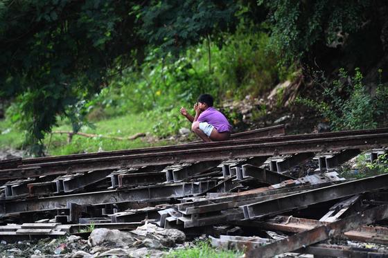 지난달 27일 인도 뉴델리 니자무딘역 인근 철로에서 한 소년이 노상 배변을 하고 있다.[AFP=연합뉴스]