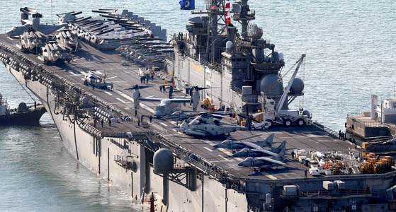 미 해군 강습상륙함인 '본험 리처드함'(LHD6, 4만1000t급). [중앙포토]