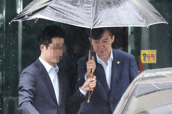 조국 법무부 장관이 7일 오전 서울 서초구 방배동 자택을 나서고 있다. [뉴시스]