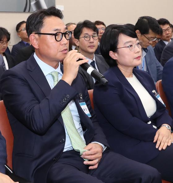 지난 2일 국회에서 열린 과학기술정보통신부 국정감사에 증인으로 출석한 한성숙 네이버 대표 이사(오른쪽)와 여민수 카카오 공동대표. [뉴스1]