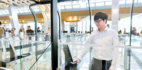 20대 남성이 김포공항 국내선 3층 바이오 정보 신분 확인 탑승구에서 정맥 인식으로 출입 허가를 확인받고 있다.