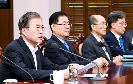 문재인 대통령이 7일 오후 청와대 여민관에서 열린 수석 보좌관 회의를 주재하고 있다. 청와대사진기자단