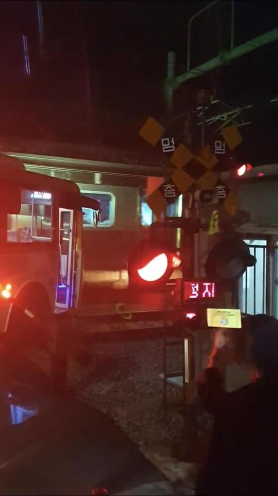 6일 오후 10시 50분께 경기도 고양시 일산동구 풍동 경의선 백마역 부근 철길 건널목에서 마을버스가 선로에 진입하는 열차와 추돌하고 있다. [연합뉴스]