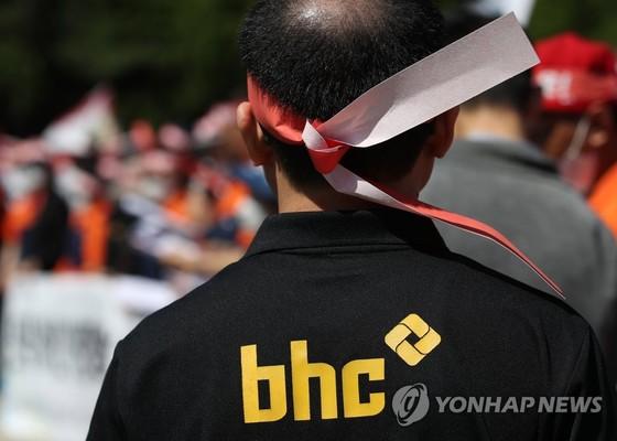 치킨 프랜차이즈 bhc 가맹점주들은 지난해 5월23일 서울 국회 앞에서 기자회견을 열고 식자재 납품 단가 인하와 원가 공개 등을 요구했다. [연합뉴스]
