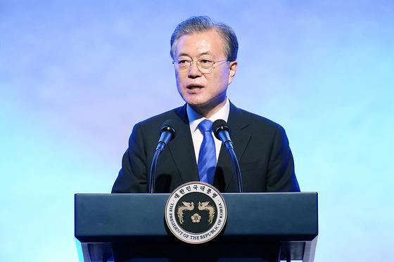 문재인 대통령이 5일 서울 광진구 워커힐호텔에서 열린 '제13회 세계한인의 날 기념식'에서 기념사를 하고 있다. [사진 청와대 제공]