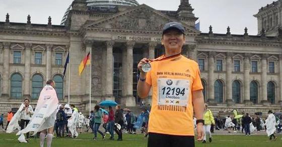 안철수 전 바른미래당 의원이 지난달 29일(현지시간) 베를린 마라톤 대회에 출전해 기념촬영 하고 있다. 안 전 의원은 이날 두번째 풀코스 도전 만에 3시간 46분 14초의 기록으로 완주했다고 한다. [사진 안철수 전 의원 지지모임 인터넷 카페 '미래광장']