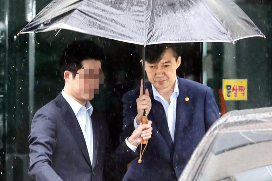 조국 법무부 장관이 7일 오전 서울 서초구 방배동 자택을 나서고 있다.[뉴시스]