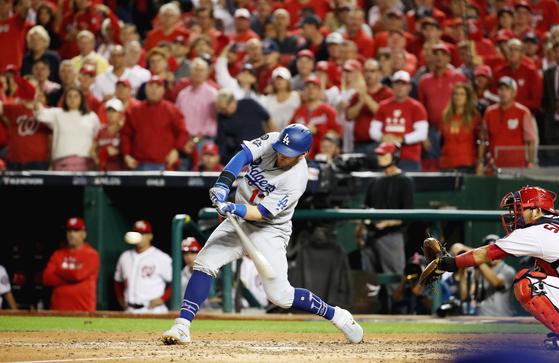 다저스의 맥스 먼시가 7일 워싱턴과 디비전시리즈 3차전에서 추격하는 1점포를 치고 있다. [연합뉴스]