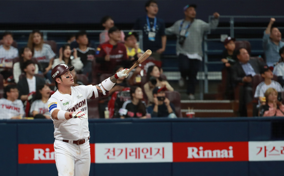 LG와 키움의 준플레이오프 1차전 9회 말, LG 고우석을 상대로 끝내기 홈런을 친 키움 박병호가 날아가는 타구를 지켜보고 있다. 팽팽했던 투수전은 이 홈런 한 개로 끝났다. [연합뉴스]