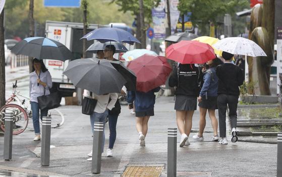 7일 전국에 비가 내린 뒤 기온이 점차 떨어지겠다. 비가 내린 지난 2일 오후 대전 서구 한 횡단보도에서 우산을 쓴 시민들이 발걸음을 재촉하고 있다. [뉴스1]