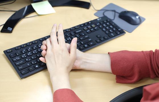 아침에 일어났을 때 30분 이상 손마디 뻣뻣하다면 류마티스 관절염을 의심해볼 수 있다. [고대구로병원]
