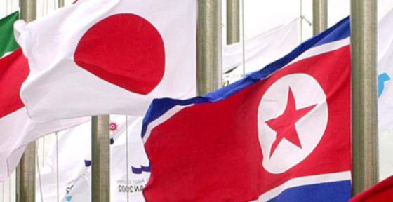 북한 인공기(오른쪽)와 일본 일장기.[중앙포토]