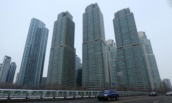 초고층 고급 주상복합아파트의 대명사인 서울 강남구 도곡동 타워팰리스. 정부의 주택거래 실태 조사 결과 30대가 자기자금을 전혀 들이지 않고 전액 차입금으로 30억원짜리를 구매한 것으로 드러났다.
