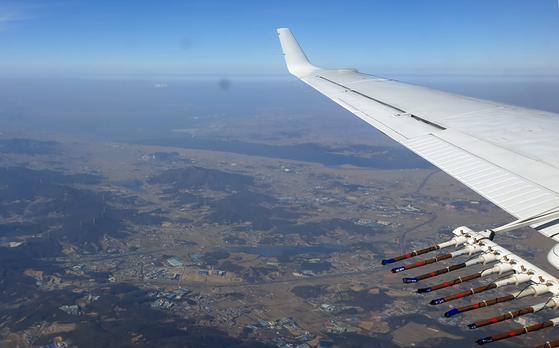 지난 1월 25일 오후 전북 군산 서쪽 해상에서 기상항공기가 미세먼지 저감을 위한 첫 인공강우 실험을 하고 있다. 이날 기상청과 환경부는 인공강우 물질인 요오드화은 연소탄 24발을 구름 안에 살포했다. [기상청 제공=뉴스1]