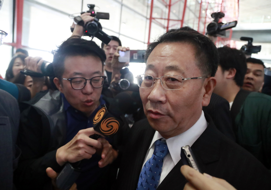 김명길 북한 외무성 순회대사(북미 실무협상 수석대표)가 7일 오전 베이징 공항에 도착해 기자들의 질문을 받고 있다. [연합뉴스]