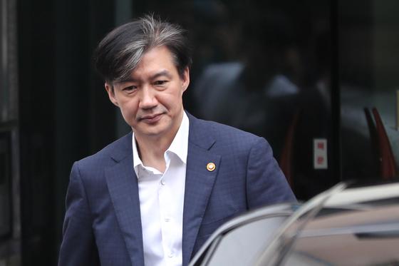 조국 법무부장관이 지난 2일 오전 출근하기 위해 서울 서초구 방배동 자택을 나서고 있다 [뉴스1]