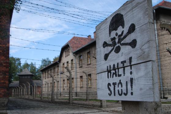 아우슈비츠 수용소의 전경. 2중 철조망에는 전류가 흘렀다. 철조망 너머는 당시 독일군이 썼던 행정 건물이다.
