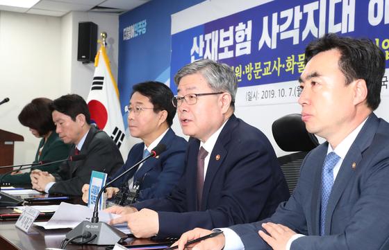 이재갑 고용노동부 장관(오른쪽부터 두번째)이 7일 국회에서 열린 '산재보험 사각지대 해소방안 당정 협의'에서 발언하고 있다. [연합뉴스]
