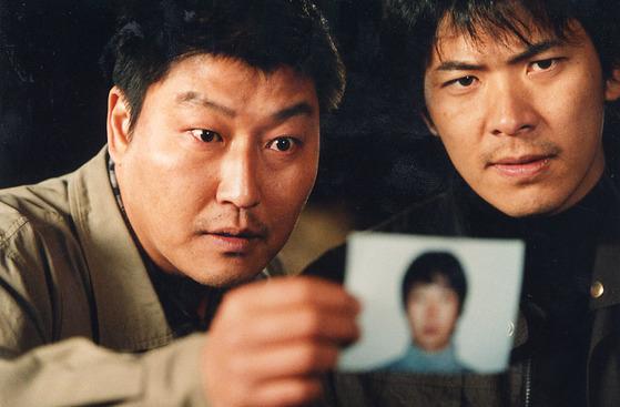영화 '살인의추억' 한 장면. 당시에는 과학수사가 전무해 억울한 피해자를 양산했다. [사진 IS포토]