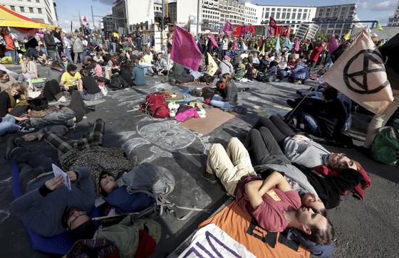 7일(현지시간) 베를린 도로에 드러누운 환경 운동가들. [AP=연합뉴스]
