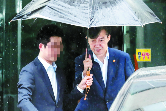 조국 법무부 장관이 7일 오전 서울 방배동 자택을 나와 차량에 탑승하고 있다. [뉴시스]