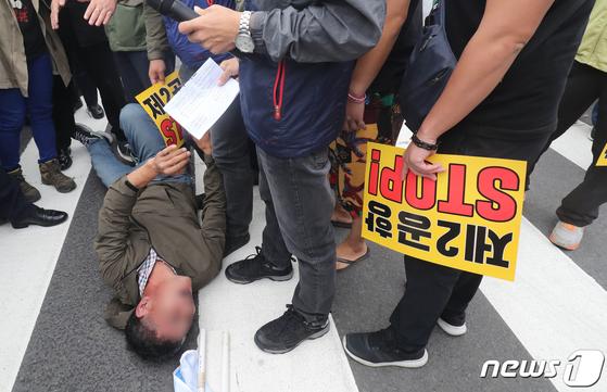 국토교통위원회 국정감사가 열린 8일 오전 제주도청 정문 앞에서 제주 서귀포 성산읍 주민이 제2공항 건립을 반대하며 시위하고 있다. [뉴스1]