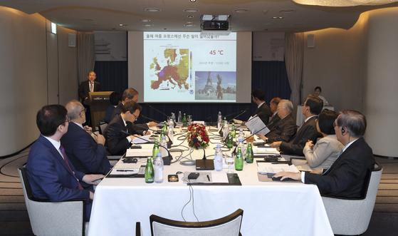 8일 열린 제5차 한불-불한클럽 회의에서 주제발표 중인 황진택 전 한국에너지기술평가원장. 임현동 기자