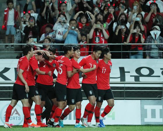 지난 6월 11일 서울월드컵경기장에서 열린 축구대표팀 한국과 이란의 평가전. 후반전 한국의 황의조가 선제골을 넣은 뒤 선수들이 기뻐하고 있다.[연합뉴스]