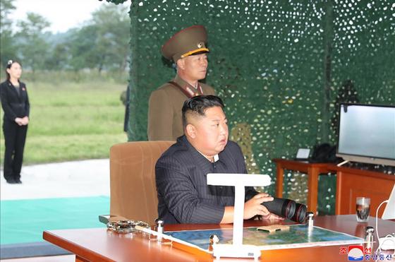 북한이 지난달 10일 김정은 국무위원장 지도 하에 초대형 방사포 시험사격을 다시 했다고 조선중앙통신이 11일 보도했다. 김 위원장은 이후 29일간 공식매체에서 사라졌다. [사진 연합뉴스]