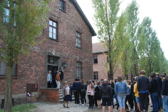 지난달 23일 폴란드 아우슈비츠 수용소를 찾은 방문객들.