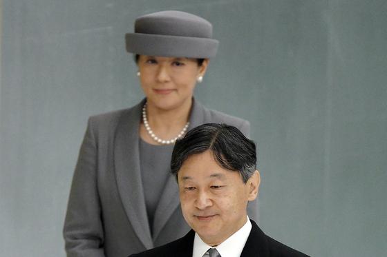 지난 8월15일 열린 전국 전몰자 추도식에 마사코 왕비와 함께 참석한 나루히토 일왕. [AP=연합뉴스]