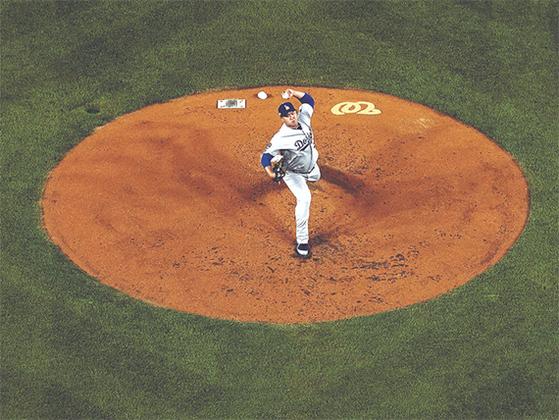 NLDS 3차전에서 역투하는 다저스 선발 류현진. [AP=연합뉴스]