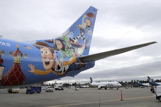 '우디' 등 만화 영화 토이 스토리의 캐릭터로 도색한 알래스카 항공 737-800 보잉 여객기가 지난 7일 미국 시애틀 공항에서 출발을 기다리고 있다. 알래스카 항공은 디즈니의 캘리포니아 어드벤처 파크 (California Adventure Park)의 픽사 피어 (Pixar Pier)와 홍보 제휴를 맺었다. [AP=연합뉴스]